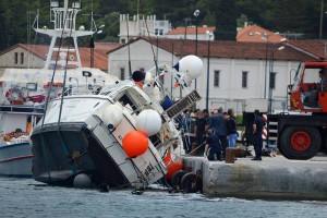 Il barcone rimorchiato in porto a Samos, Grecia