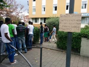 I richiedenti asilo in presidio davanti l'Hotel Europa, a Rivarolo