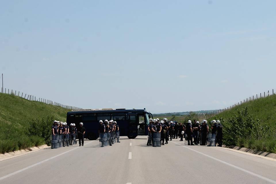 Centinaia di poliziotti a guardia della recinzione
