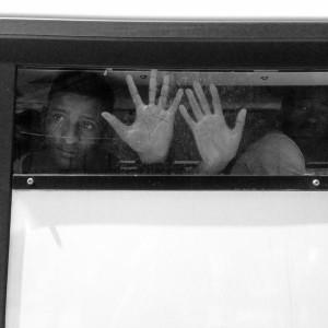 I migranti catturati e caricati sui bus