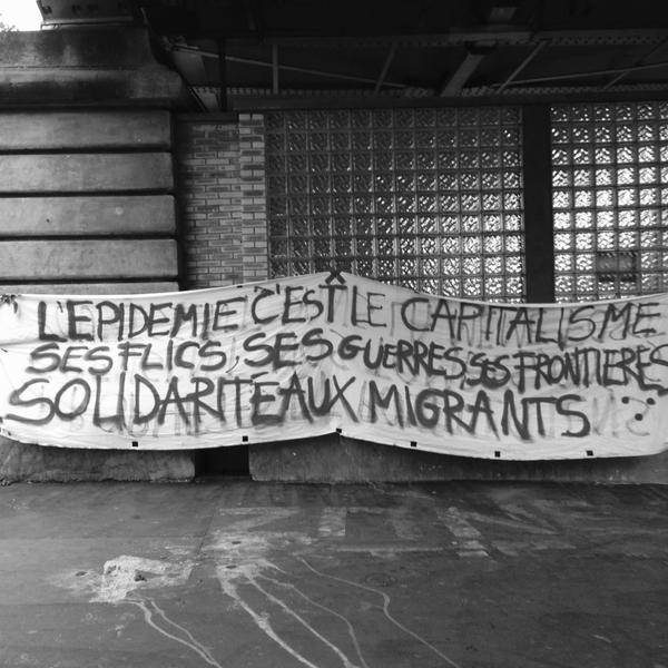 Striscione dei solidali durante lo sgombero del campo di La Chapelle