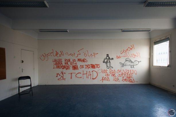 Le scritte nella casa dei rifugiati a Parigi