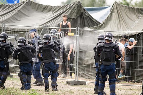 #Ungheria la fuga dal centro detenzione e la repressione a Röszke