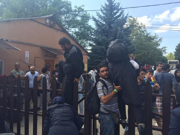 Ungheria: i migranti in fuga dal centro identificazione di Bicske