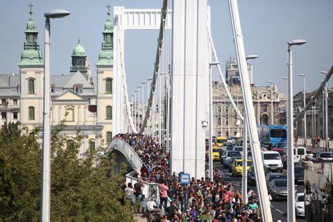 #Ungheria La marcia dei migranti a Budapest, per lasciare il paese