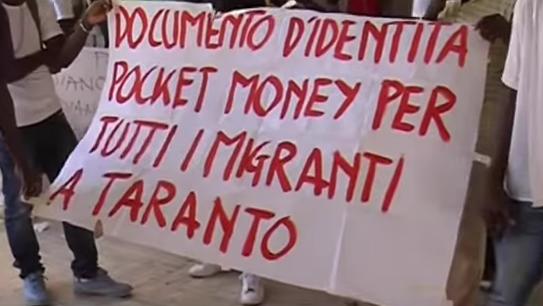 Taranto, presidio davanti al municipio