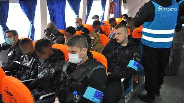 Agenti di Frontex con mascherine e fascia al braccio