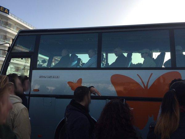 Agenti di Frontex sul bus che li riporta in albergo dopo una dura giornata di lavoro