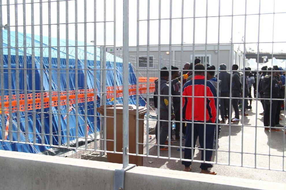 Migranti reclusi nell'hotspot di Taranto